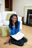 Giovane ragazza Afro-American che legge un libro Fotografia Stock Libera da Diritti