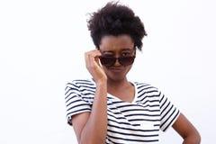 Giovane ragazza afroamericana funky che sbatte le palpebre con gli occhiali da sole Immagine Stock