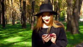Giovane ragazza alla moda con le labbra rosse facendo uso dello smartphone archivi video