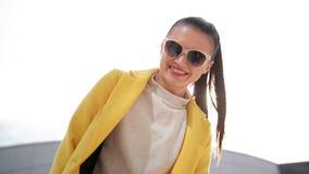 Giovane ragazza allegra che sorride molto Sta avendo umore molto buon questo Sunny Day video d archivio