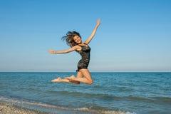 Giovane ragazza allegra sul mare Fotografie Stock Libere da Diritti