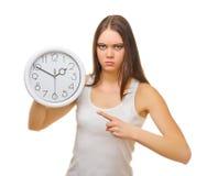 Giovane ragazza arrabbiata con gli orologi Fotografie Stock Libere da Diritti