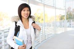 Giovane ragazza asiatica al banco fotografia stock