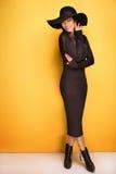 Giovane ragazza asiatica alla moda in cappello fotografia stock libera da diritti