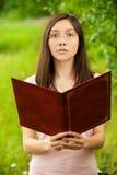 Giovane ragazza asiatica con il dispositivo di piegatura Fotografie Stock Libere da Diritti