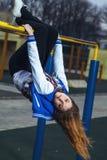 Giovane ragazza atletica che fa ginnastica in aria aperta Fotografia Stock Libera da Diritti