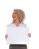 Giovane ragazza attraente che tiene la scheda di messaggio vuoto fotografia stock libera da diritti