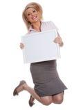 Giovane ragazza attraente che tiene la scheda di messaggio vuoto fotografia stock