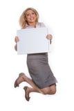 Giovane ragazza attraente che tiene la scheda di messaggio vuoto immagini stock libere da diritti