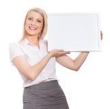 Giovane ragazza attraente che tiene la scheda di messaggio vuoto immagine stock libera da diritti