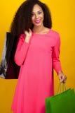 Giovane ragazza attraente con i sacchetti della spesa Fotografia Stock Libera da Diritti