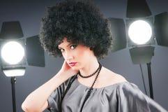 Giovane ragazza attraente con taglio di capelli riccio Immagini Stock