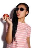 Giovane ragazza attraente del mulatto che posa nello studio su un fondo bianco Fotografie Stock