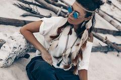 Giovane ragazza attraente di boho che si siede sulla spiaggia Fotografia Stock Libera da Diritti