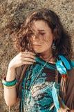 Giovane ragazza attraente di boho che si siede sulla spiaggia Fotografie Stock Libere da Diritti