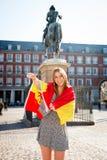 Giovane ragazza attraente felice dello studente di scambio divertendosi nella città che visita la città di Madrid che mostra la b Immagini Stock Libere da Diritti