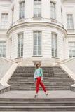 Giovane ragazza bionda alla moda che posa sulle scale Sguardo alla moda del ` s della donna fotografia stock