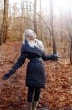 Giovane ragazza bionda allegra in foresta. Immagine Stock Libera da Diritti