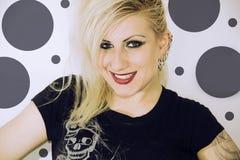 Giovane ragazza bionda con sorridere di piercing Fotografie Stock