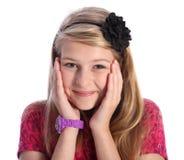 Giovane ragazza bionda emozionante del banco con il sorriso sveglio Fotografia Stock