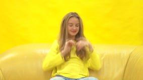 Giovane ragazza bionda fresca e bella su fondo giallo stock footage