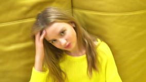 Giovane ragazza bionda fresca e bella su fondo giallo video d archivio