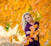 Giovane ragazza bionda nel colore di autunno Immagini Stock Libere da Diritti