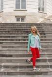 Giovane ragazza bionda scarna alla moda che posa sulle scale Sguardo alla moda del ` s della donna fotografia stock libera da diritti