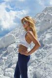 Giovane ragazza bionda sveglia in camicia ed in azzurro bianchi Fotografia Stock
