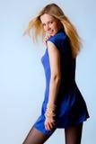 Giovane ragazza bionda sveglia in vestito blu Fotografia Stock Libera da Diritti
