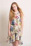 Giovane ragazza bionda in vestito da estate Immagini Stock Libere da Diritti