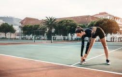 Giovane ragazza in buona salute che fa allungando gli esercizi Immagine Stock Libera da Diritti