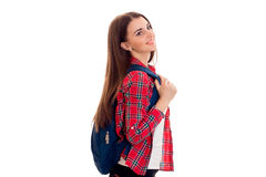 Giovane ragazza castana attraente dello studente con lo zaino blu isolato su fondo bianco Fotografia Stock