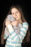 Giovane ragazza castana con l'orsacchiotto Fotografia Stock
