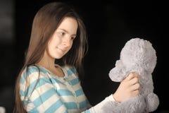 Giovane ragazza castana con l'orsacchiotto Fotografie Stock Libere da Diritti