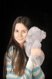 Giovane ragazza castana con l'orsacchiotto Immagine Stock Libera da Diritti