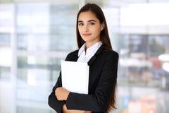 Giovane ragazza castana dello studente o della donna di affari che esamina macchina fotografica Fotografia Stock