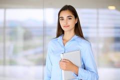 Giovane ragazza castana dello studente o della donna di affari che esamina macchina fotografica Immagini Stock