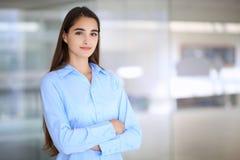 Giovane ragazza castana dello studente o della donna di affari che esamina macchina fotografica Immagine Stock