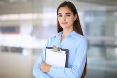 Giovane ragazza castana dello studente o della donna di affari che esamina macchina fotografica Fotografie Stock Libere da Diritti