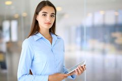 Giovane ragazza castana dello studente o della donna di affari che esamina macchina fotografica Immagini Stock Libere da Diritti