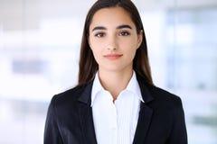 Giovane ragazza castana dello studente o della donna di affari che esamina macchina fotografica Fotografia Stock Libera da Diritti