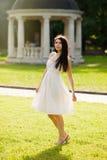 Giovane ragazza castana in prendisole che posano all'aperto Fotografie Stock