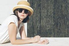 Giovane ragazza casuale che indossa un cappello e gli occhiali da sole Immagine Stock Libera da Diritti