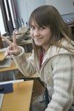 Giovane ragazza che piacevole l'allievo lavora con il calcolatore Immagini Stock