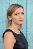 Giovane ragazza dagli occhi castani bionda timida con capelli diritti lunghi nel blac Fotografia Stock Libera da Diritti