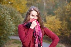 Giovane ragazza dai capelli rossi attraente che cammina nel flirtati del parco di autunno fotografia stock