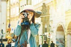Giovane ragazza dei pantaloni a vita bassa con la vecchia macchina fotografica Fotografia Stock