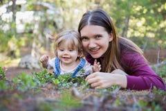 Giovane ragazza del bambino e della madre che si trova sulla terra Fotografie Stock Libere da Diritti
