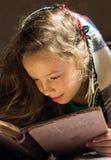 Giovane ragazza del banco che legge un libro Fotografia Stock